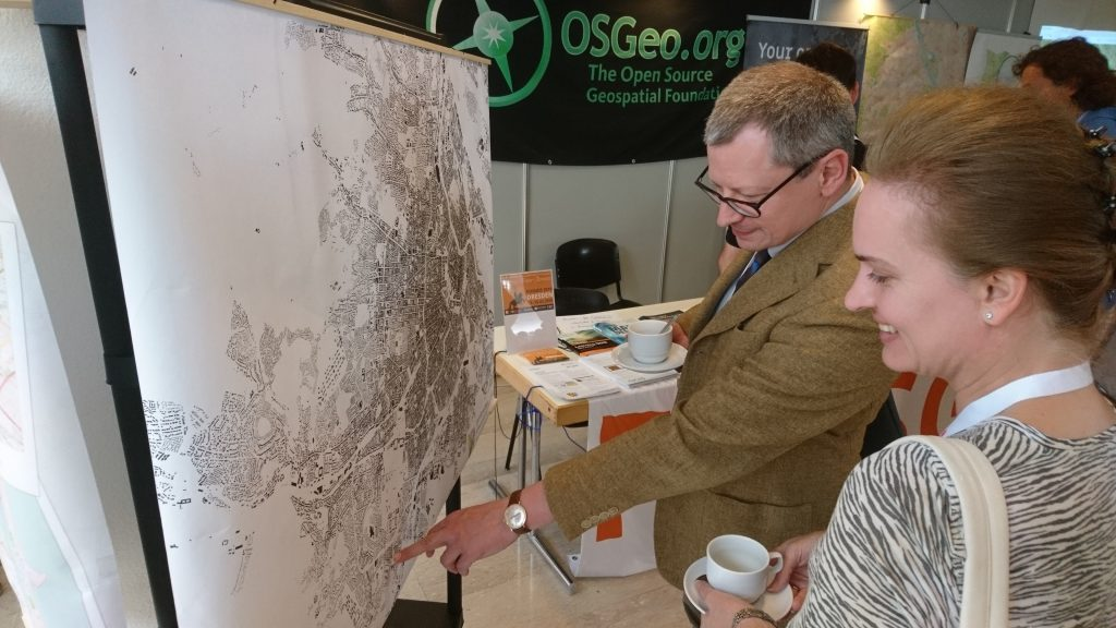 Besucher agieren mit Schwarzplan Karte