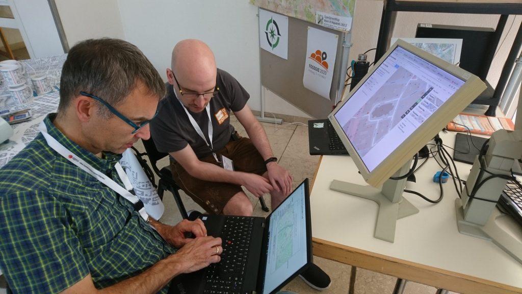 Andi & Besucher beim Erforschen von OSM